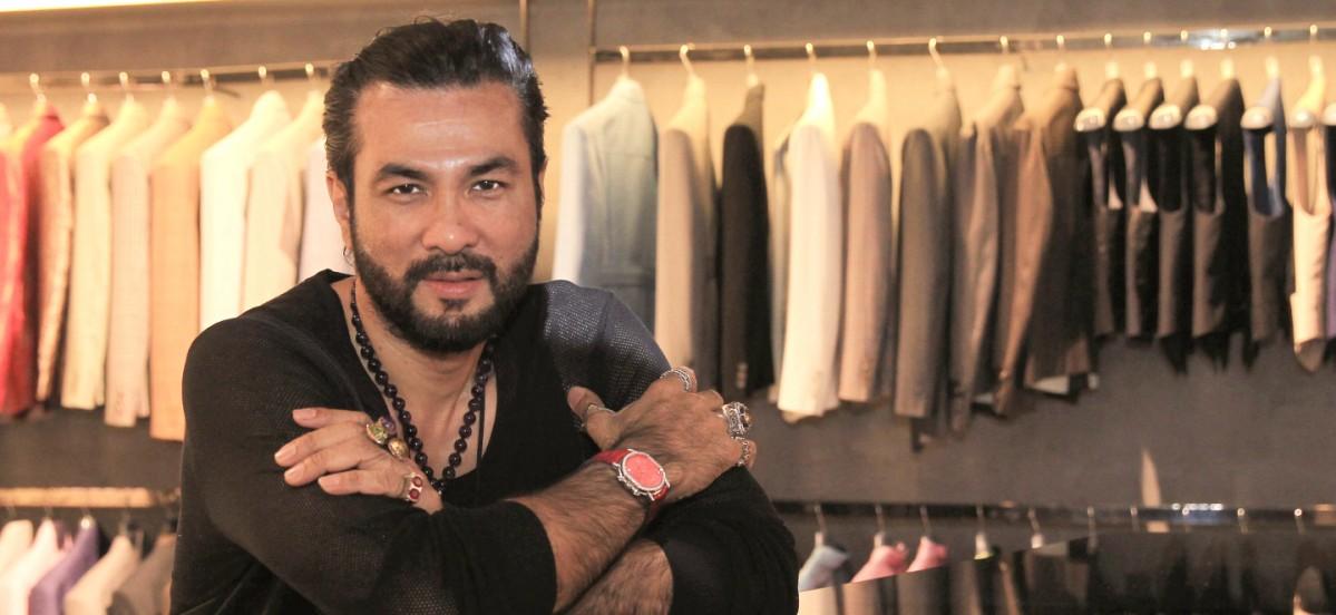 La dernière entreprise de haute couture du designer Bernard Chandran embrasse des designs saisissants pour hommes