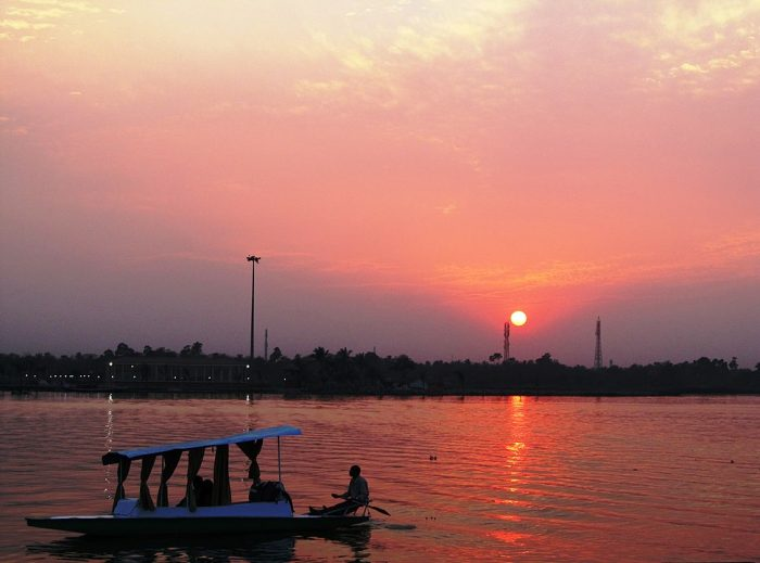 Shikara ride in Eco park by Ayan Mukherjee via Wikipedia CC